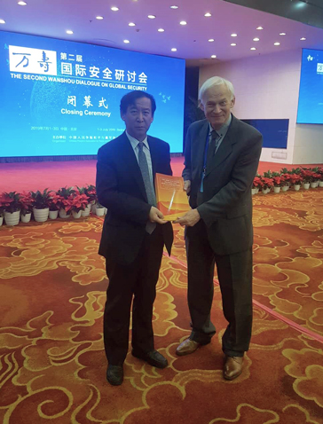 Ulf Sandmark presents the Schiller Institute's report, The New Silk Road Becomes the World Landbridge II to Yu Hongjun, Vice-President of the Chinese people´s Association for Peace and Disarmament and Former Vice-Minister of the International Department of the CPC Central Committee