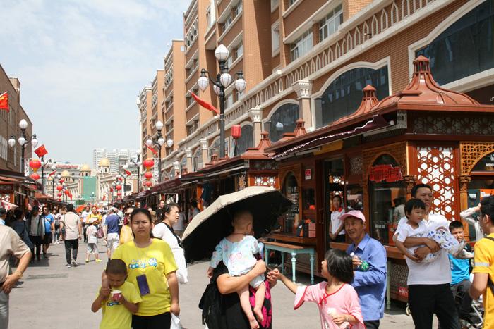 Urumqi International Bazaar crowded on Sunday.